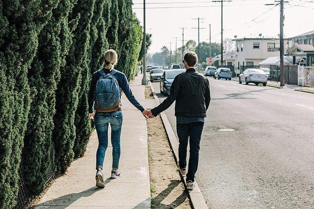 Мужчина и женщина идут вместе