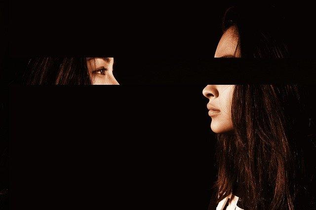 Женщина скрыла лицо