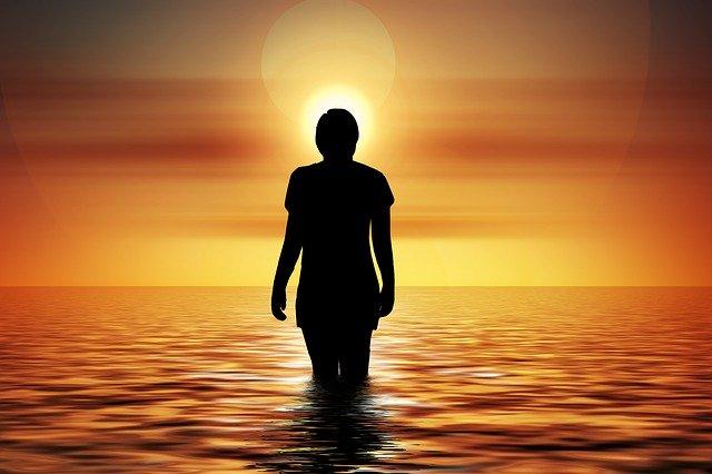 Человек идет по воде