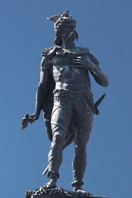 Статуя короля